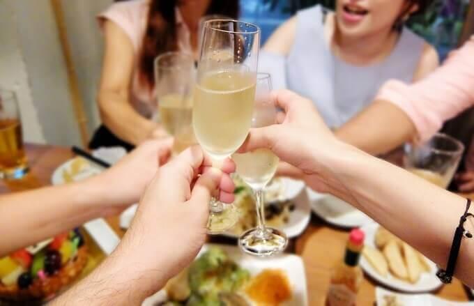 好きな人にグッと近づける!飲み会でこそ使える古典的な技